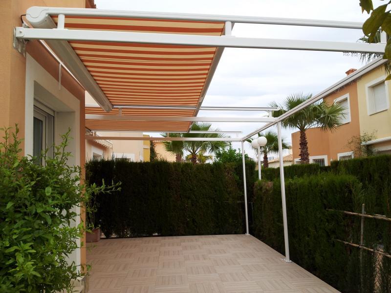 Instalaci n de toldo veranda en madrid alcorc n m stoles for Toldo horizontal terraza